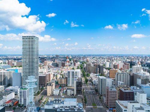 青空とビル街の空撮写真